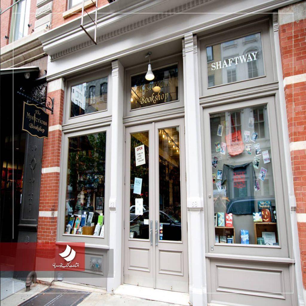 مشتریهای یکی از قدیمیترین کتابفروشیهای شهر نیویورک چهل سال است که در یکی از 1